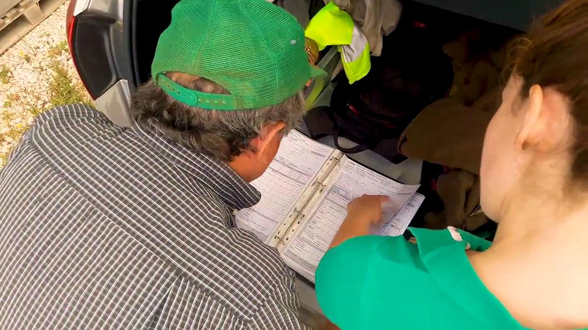 Photo de deux technicien qui regarde une fiche d'inspection