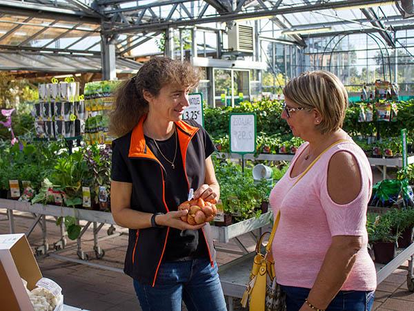 Photo d'une vendeuse et d'une cliente en jardinerie